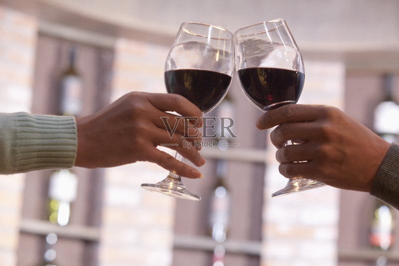 老年男人 葡萄酒杯 拿着 人体 两个人 品酒 40到44岁 庆祝 成年人 架子