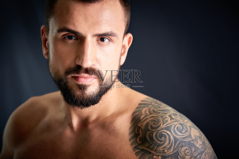 装模特 男性 纹身 白人 运动 和蔼之人 络腮胡子 生活方式 硬朗 健美身图片