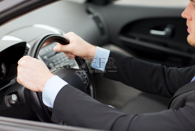 开车-人 驾车 运输 陆用车 乐趣 迅速 运动 商务 男商人 房地产标志 美人 多车