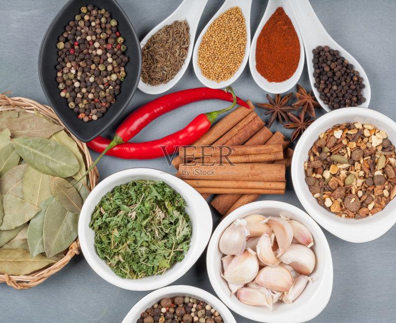 碗 调料 草本 香料 多样 叶子 红色 小豆蔻 自然 桌子 红辣椒 在上面 东亚