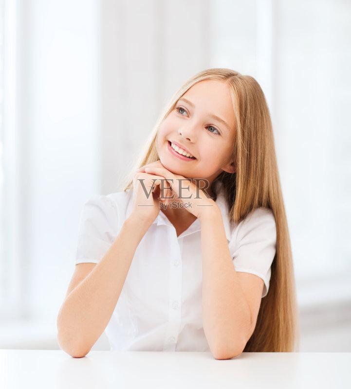 的 学龄儿童 女生 书桌 美人 白日梦 微笑
