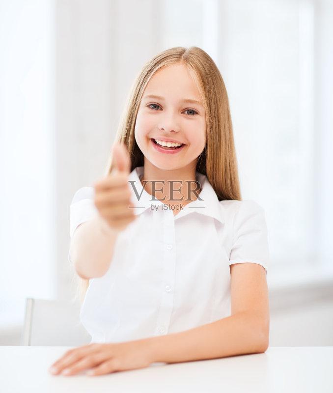 升 学龄儿童 女生 书桌 美人 微笑