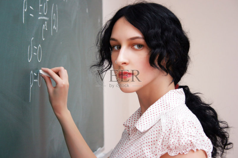 学习 研究会 女生 美女 微笑 背景 知识 绿色 学生 解释 美 一个人 仅一
