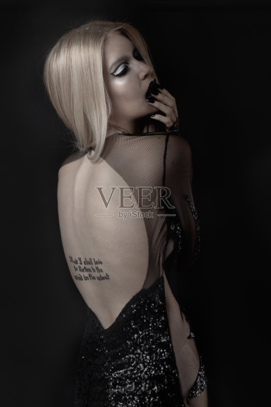 女人 仅女人 纹身 薄纱网 金色头发 万圣节 时尚 暗色图片