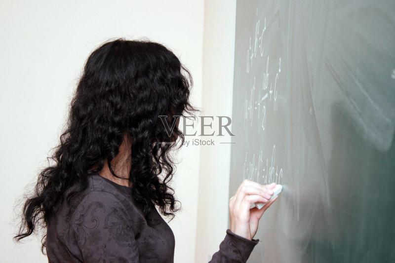 学习 研究会 女生 美女 知识 绿色 美 学生 解释 一个人 仅一个青年女人