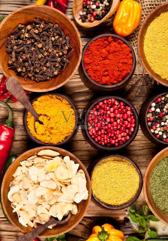 碗 调料 草本 木制 香料 文化 多样 健康食物 咖喱粉 成分 暗色 橙色 红色
