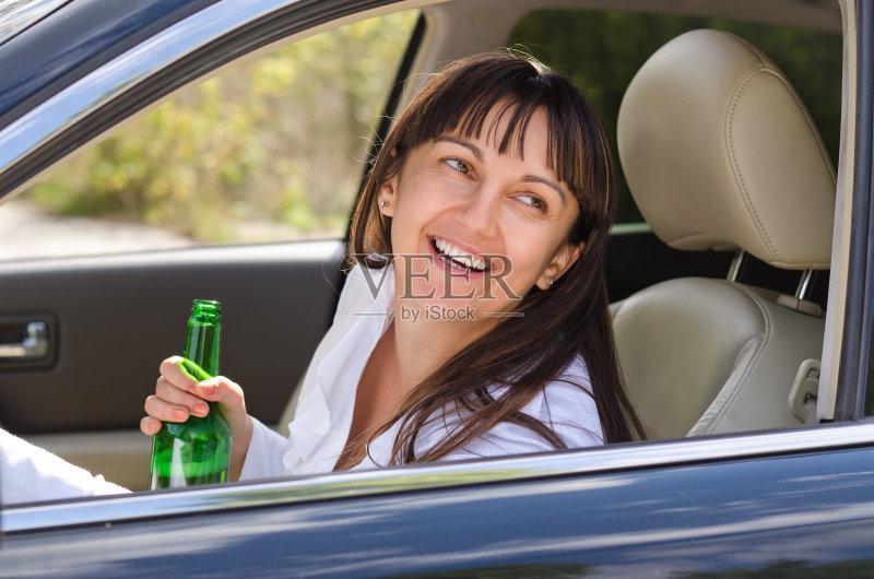 开车-驾车 女人 酒吧 运输 喝 仅女人 中老年女人 挡风玻璃 口渴的 上瘾 生活