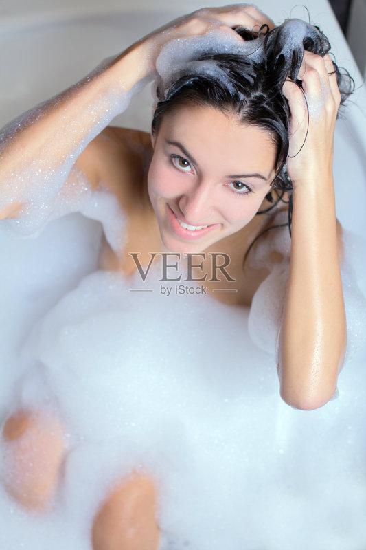 洗澡-仅一个女人 酒店 人 浴盆 个人护理 浴室 女人 人的头部 仅女人 图片