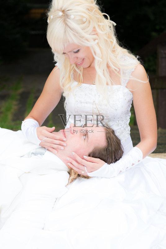婚戒指 热情 婚纱 婚姻 乐趣 修指甲 拿着 快乐 爱 蜜月 连衣裙 露齿笑