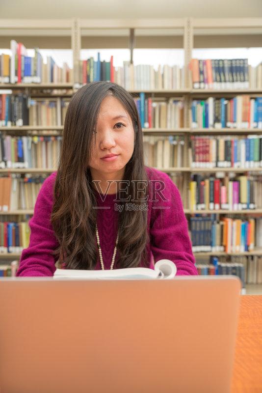 本电脑 桌子 图书馆 技术 书 人体 卷着的 书架 专心 书桌 坐 灯 人的脸