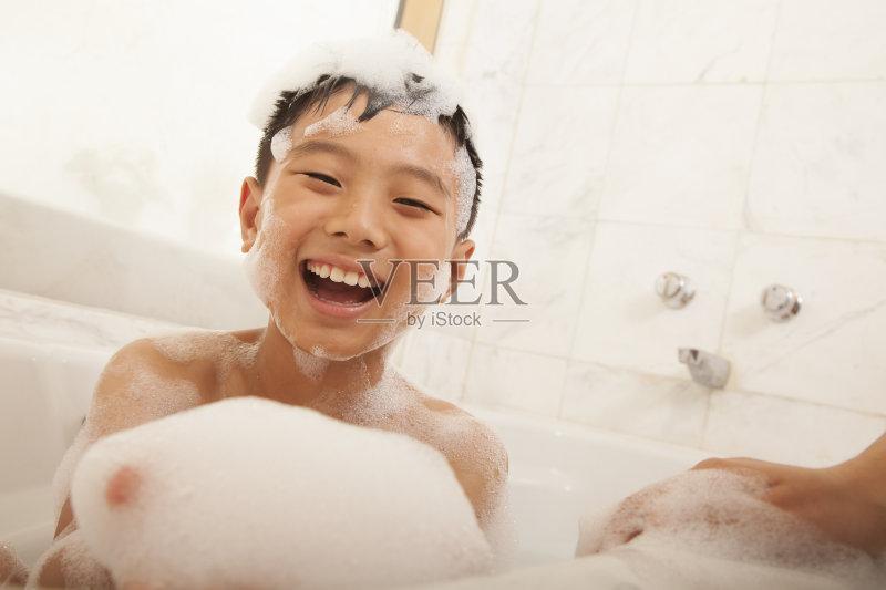 洗澡-人 浴盆 欢乐 清洗 浴室 仅儿童 四肢 男性 北京 无忧无虑 儿童 白昼图片
