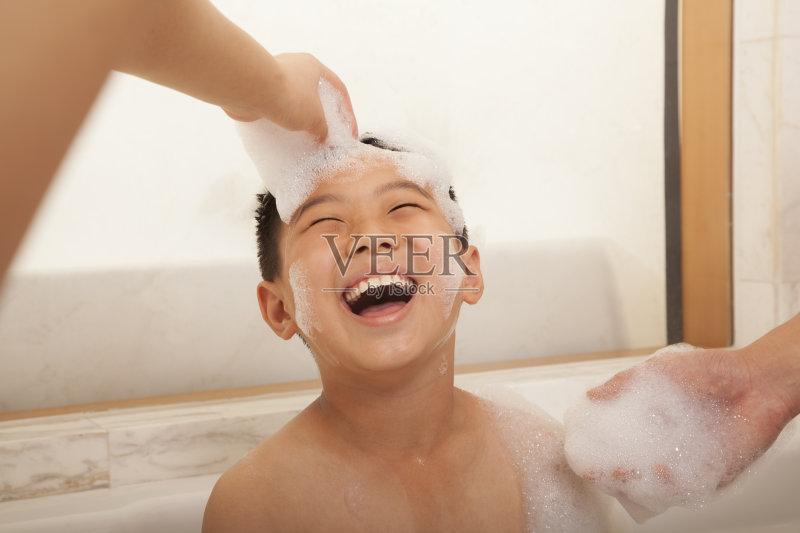 洗澡-人 浴盆 欢乐 清洗 浴室 仅儿童 泡沫浴 四肢 男性 北京 无忧无虑 图片