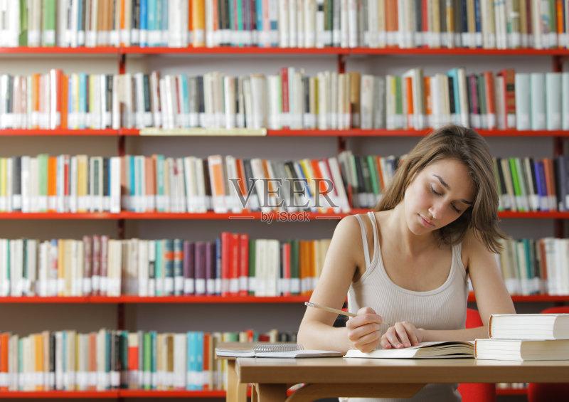 年学生 白人 图书馆 长发 青年人 教育 室内 书 书架 智慧 大学生 美人