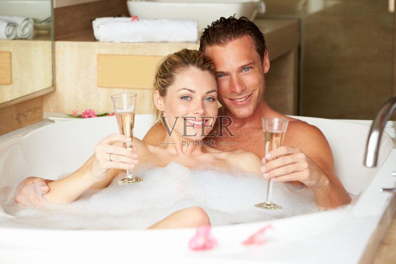 华贵 放松 洗澡 躺 青年人 快乐 爱 浪漫 泡沫浴 仅成年人 深情的 幸福 图片
