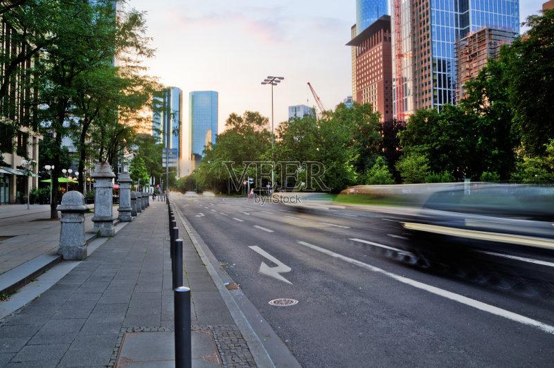 无人 黄昏 都市风景 人行道 欧洲 树 德国 法兰克福 汽车 街道 交通 户外图片