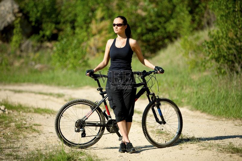 女人 肖像 骑自行车 时装模特 运动 女性 旅行 旅行者 健美身材 美女