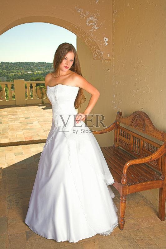 一个青年女人 婚纱 婚姻 长椅 夏天 长发 棕色头发 青年人 爱 浪漫 日光