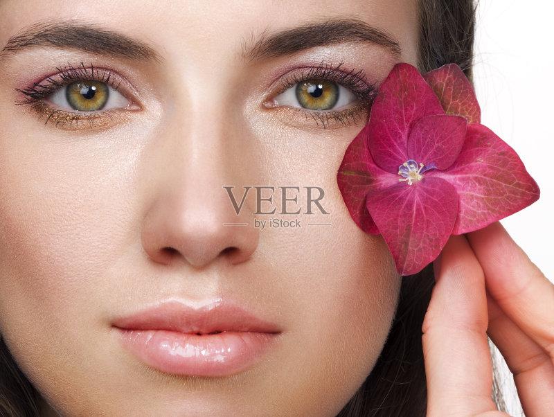 美妆-女人 彩妆 肖像 从容态度 仅一朵花 女性特质 女性 美女 紫色 花瓣 图片