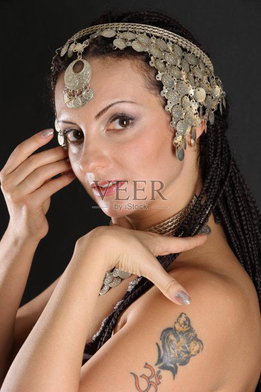 女人 仅女人 纹身 棕色头发 舞者 青年人 女性 偏远的 美人 成年人 仅成图片
