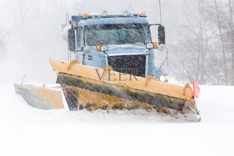 卡车 商用车 扫雪车 拖车 下雪 滑的 寒冷 街道 户外图片