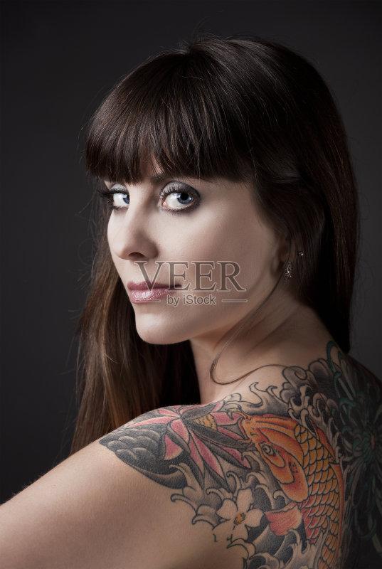 模特 仅女人 纹身 白人 女性 华丽的 美女 表现积极 微笑 20到24岁 时图片