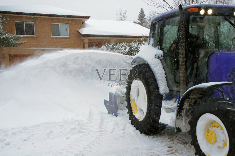力工人 职业 扫雪车 冬季服务 工人阶级 车道 忙碌 居住区 挖掘机车斗 图片