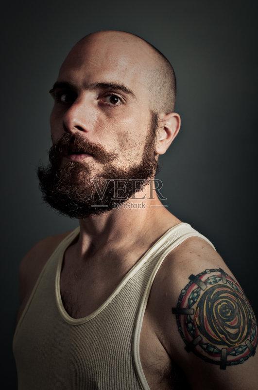 暗调 休闲装 纹身 凝视 白人 美术肖像 络腮胡子 人体 背心 专心 中年人图片