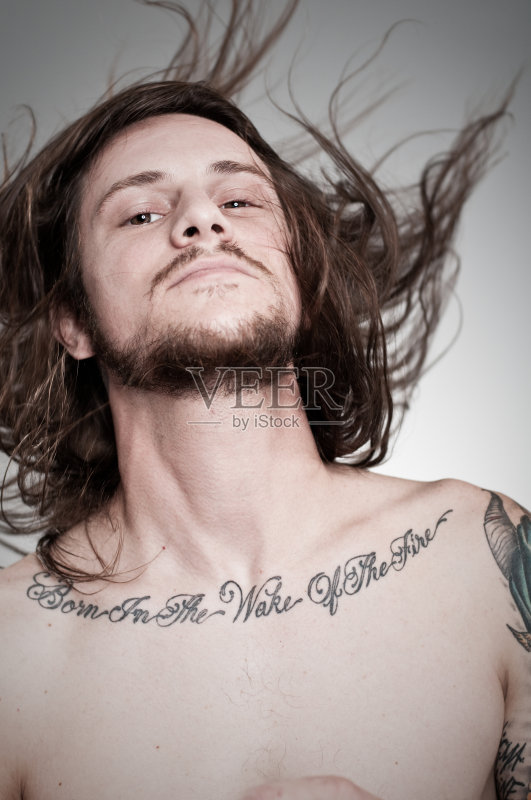 休闲装 男性 纹身 白人 络腮胡子 仅一个男人 男子气概 性格 仅男人 图片