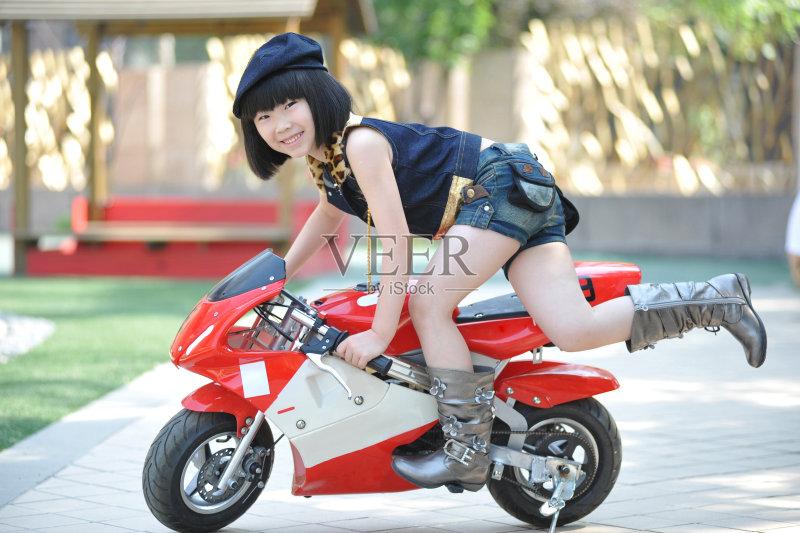 玩具 进行中 摩托车 亚洲人 中国人 行动 休闲游戏 可爱的 一个人 学龄