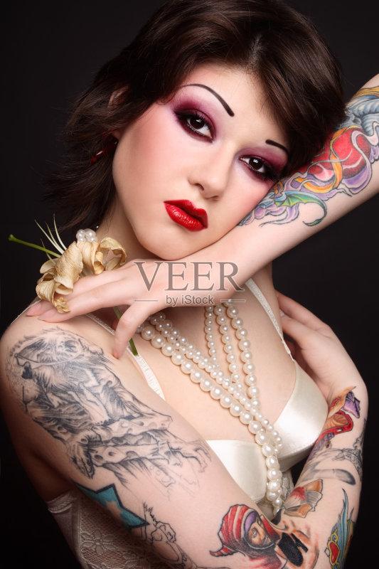 装模特 耳饰 纹身 女性特质 女性 女士内衣 时尚 性感 美 发型 哥特式风图片