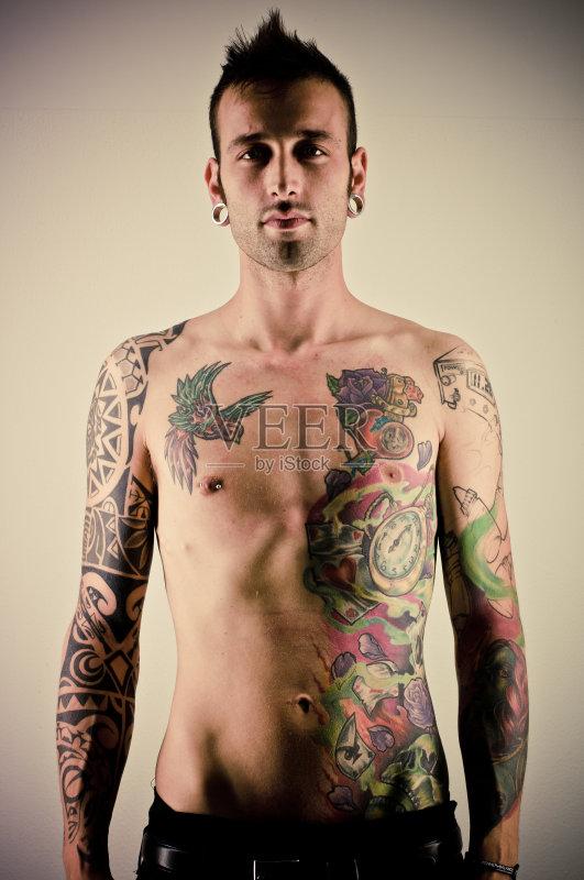 臀 站 男性 纹身 凝视 白人 刺纹身 室内 艺术品 青年男人 生活方式 信图片