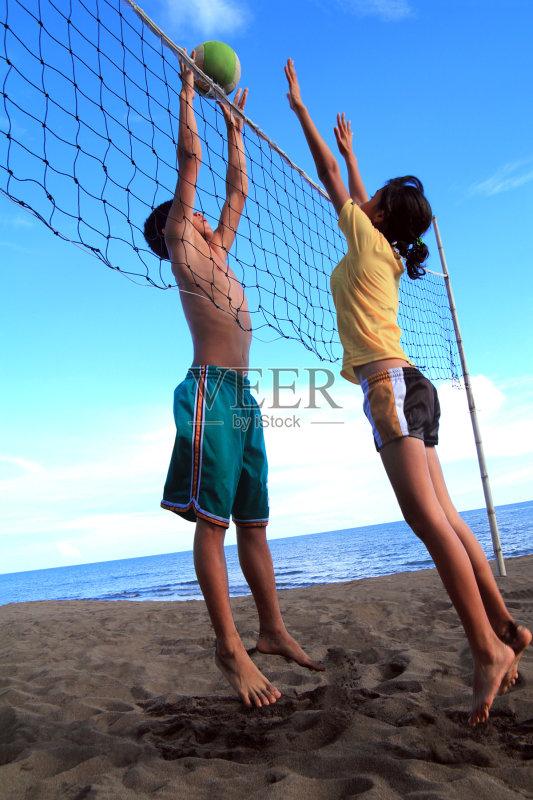 人 沙滩排球 球 青春期 运动 季节 竞争 海滩 防守 户外 进行中 行动 网