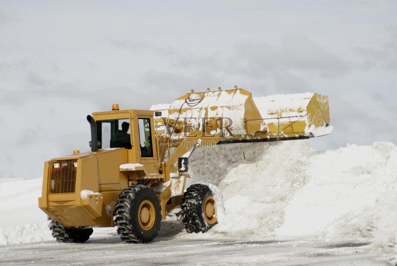 工业 卡车 扫雪车 有包装的 车轮 工作 寒冷 街道 气候 户外 极限运动图片