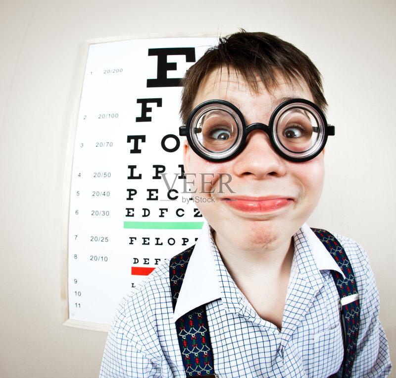 人 近视 肖像 恢复 看 蠢人 纸帽 白人 儿童 视力 室内 科学 医学检测 打字