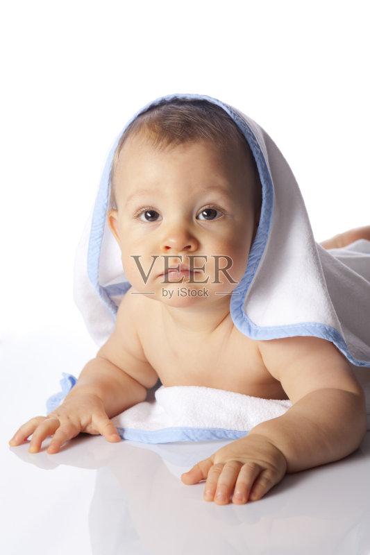 宝宝洗澡- 人体 小的 婴儿 毛巾 美人 人的脸部 面部表情 微笑 幸福图片