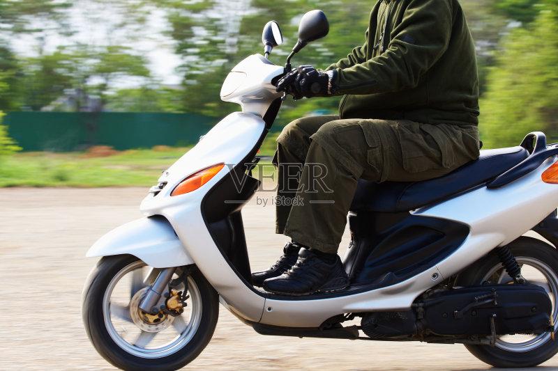 怎样骑摩托车