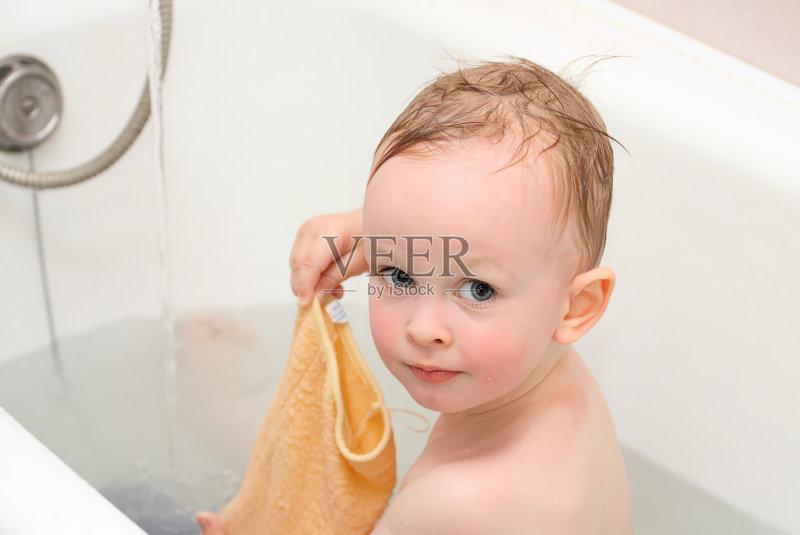 乐趣 白人 洗澡 儿童 小的 坐 表现积极图片
