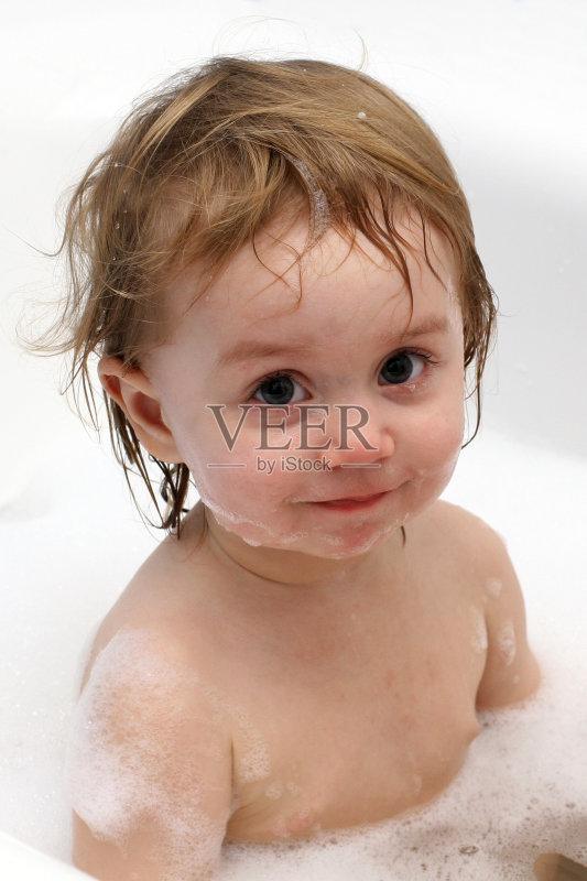 宝宝洗澡-人 浴盆 欢乐 清洗 女孩 白色 青春期 卷发 情感 自然 儿童 海报图片