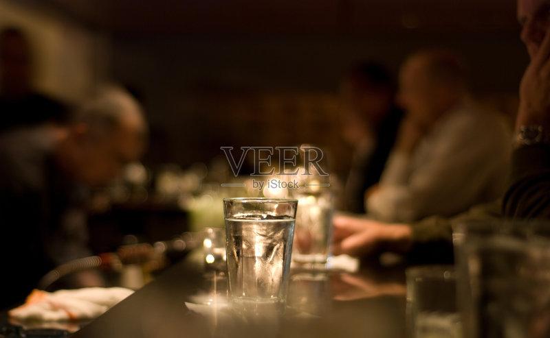 喝酒-人 鸡尾酒 食饮供应 暗色 快乐时光 酒吧 调酒师 吧台 乐趣 含酒精