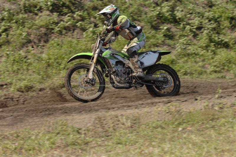 头盔 男性 摩托车越野赛 运动 迅速 白昼 摩托车赛 生活方式 竞技运动