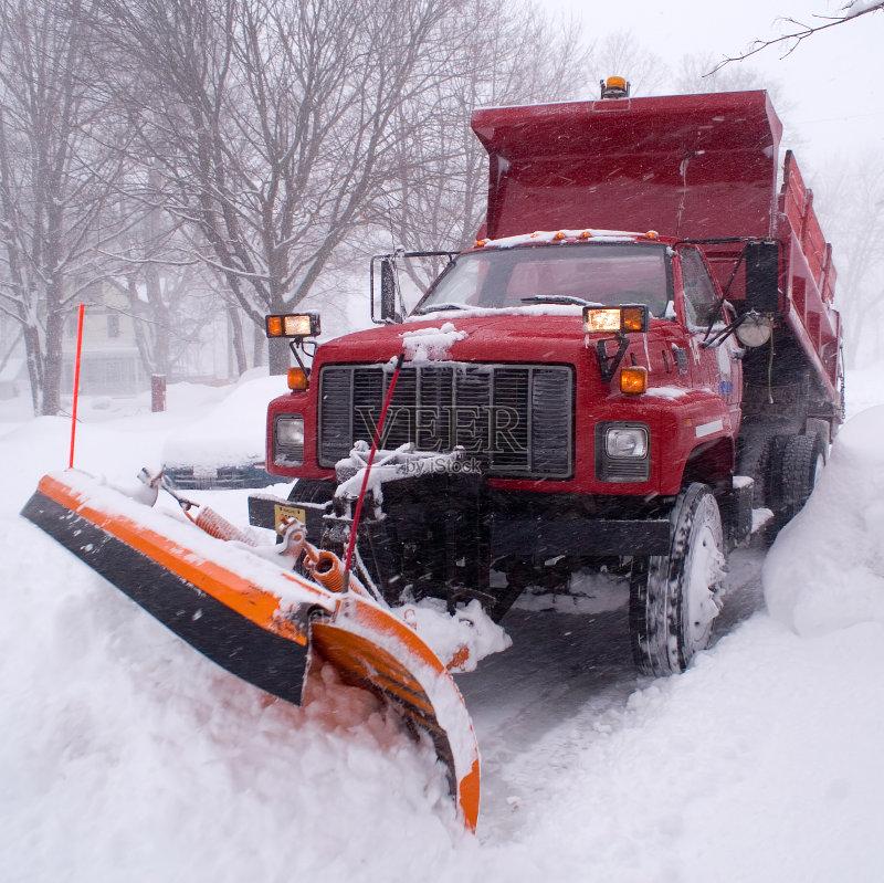 盐 推 红色 扫雪车 刀刃 自动倾卸卡车 雪堆 大风雪 刮 冬季服务 万里无图片