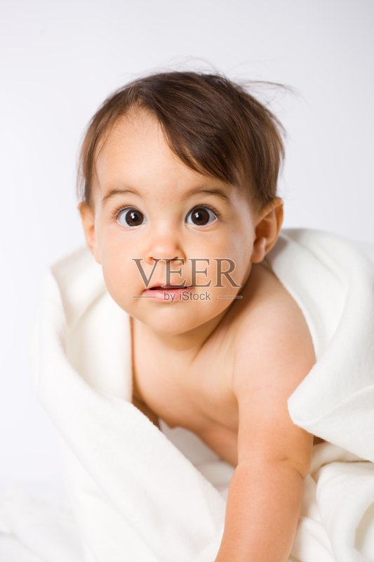 蔼之人 女性 幼儿 毛巾 曝光过度 表现积极 微笑 嬉戏的 童年 可爱的 图片