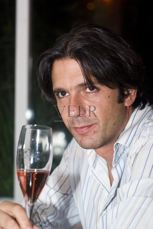 喝酒-饮料 葡萄酒 快乐时光 红色 寂寞 35岁到39岁 中年男人 酒吧 喝 香