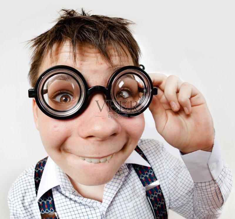 像 恢复 看 近视 蠢人 纸帽 白人 儿童 视力 室内 科学 医学检测 打字体