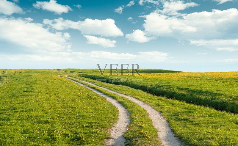 田野-田地 绿色 田园风光 天空 蓝色 夏天 自然 无人 单行道 地形 云 草