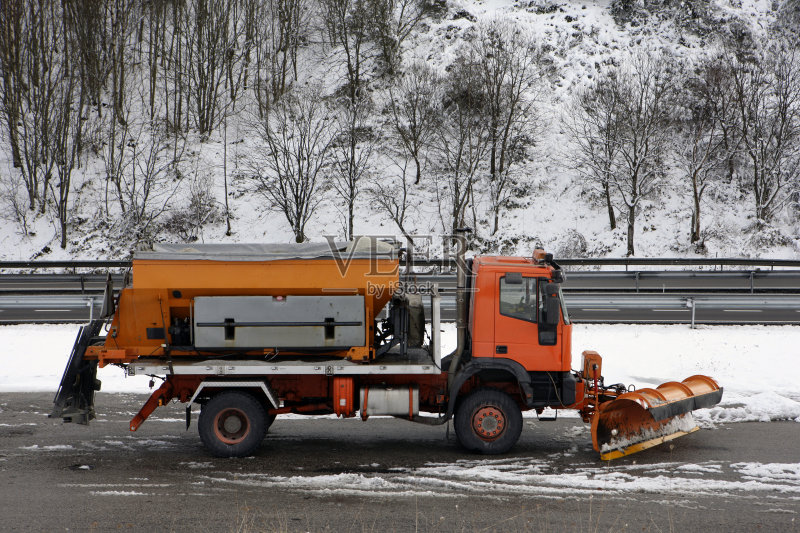 行动 冬天 扫雪车 橙色 路 冰 冬季服务 雪花 白昼 下雪 滑的 社区 寒冷 图片