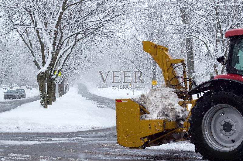 冬天 魁北克 扫雪车 城市 大风雪 冬季服务 无人 加拿大 云 树 挖掘机车图片