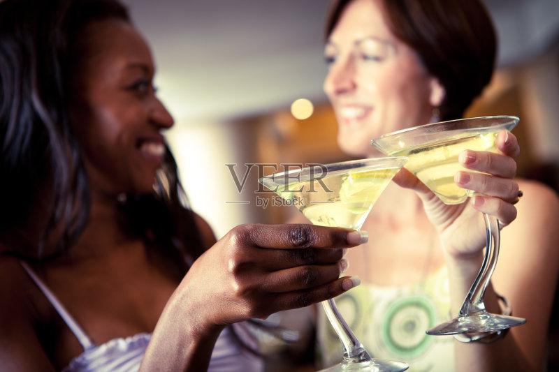 喝酒-鸡尾酒 人 酒店 女人 快乐时光 非洲人 夜生活 俱乐部 酒吧 休闲装