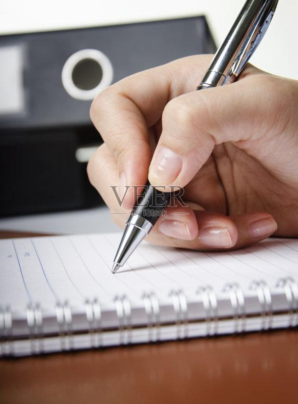 一个人 文档 写字器具 手 圆珠笔 白领 水笔 活页夹 商务 拿着 室内 人
