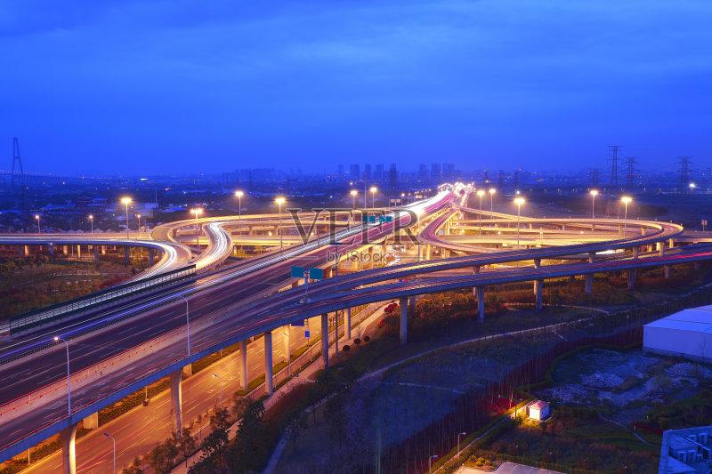 立交桥- 多车道公路 立交桥 公路 日落 高处 夜晚 城市 蓝色 往下看 分离 无人